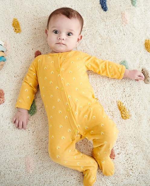 Gele pyjama met regenboogprint - allover - Cuddles and Smiles