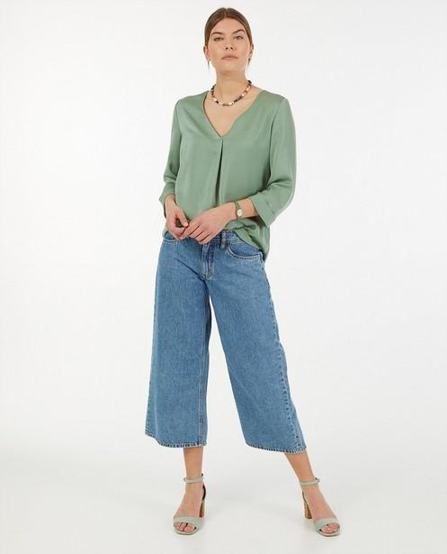 Satijnachtige blouse in kaki Sora - met geplooid rugdetail - Joli Ronde