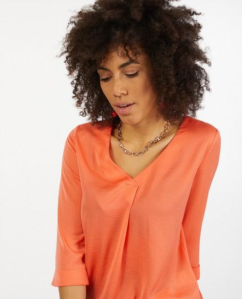 Satijnachtige blouse in koraal Sora - met geplooid rugdetail - Joli Ronde