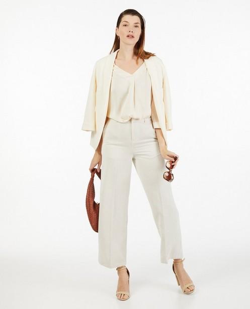 Satijnachtige blouse in offwhite Sora - met geplooid rugdetail - Joli Ronde