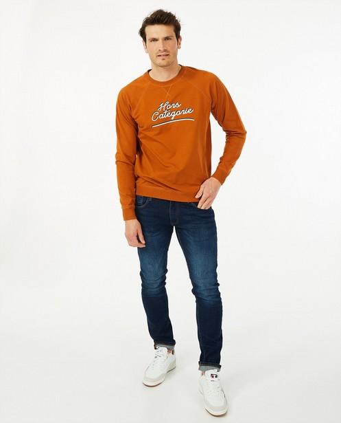 Cognac sweater met opschrift Baptiste - van biokatoen - Baptiste
