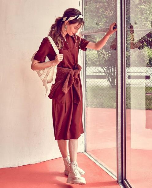 Satijnen jurk in bruin Sora - met knooplint - Sora